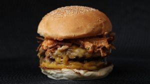 Hambúrguer no Espeto com Molho Strogonoff